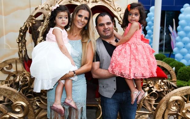Luciano chega com a esposa Flavia e as filhas Isabella e Helena (Foto: Manuela Scarpa/Foto Rio News)