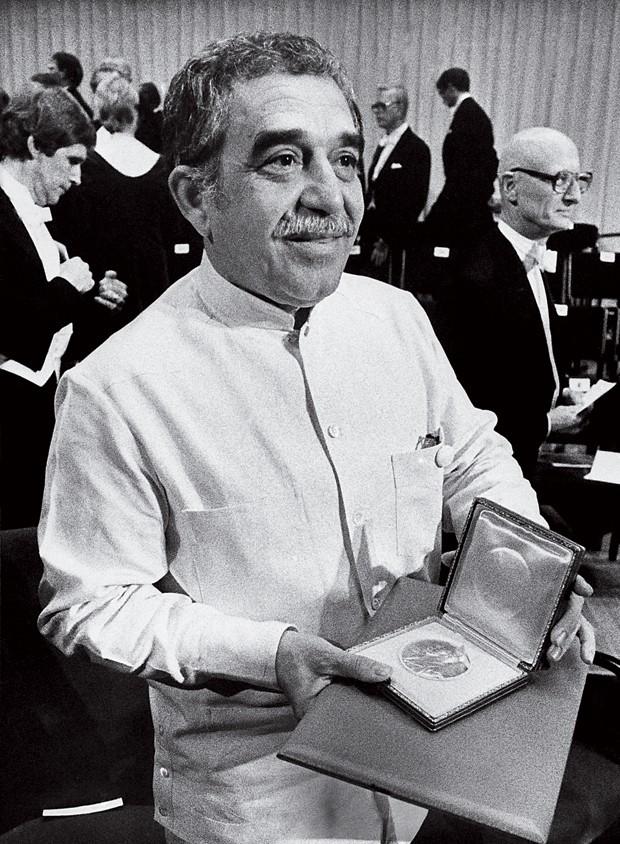 Gabriel García Márquez recebe o Prêmio Nobel  de Literatura, em 1982 (Foto: Bjorn Elgstrand/AP)