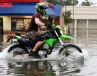 motociclista na chuva