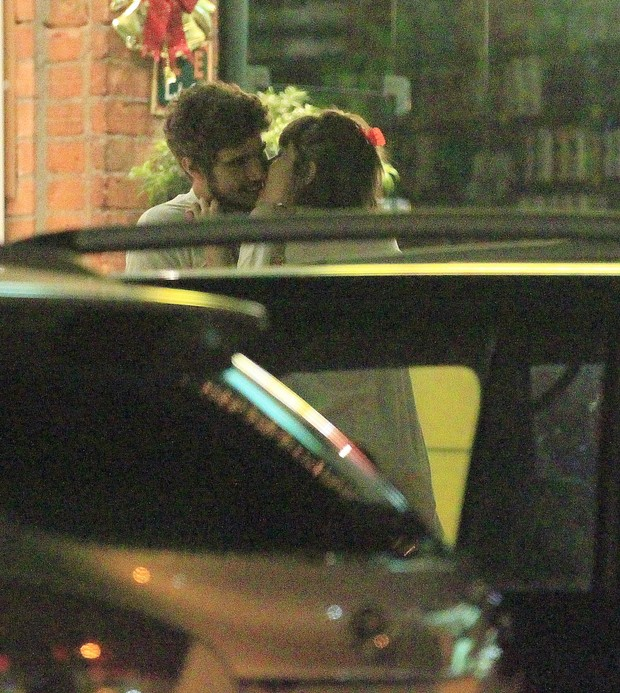Caio Castro e Maria Casadevall se beijam em restaurante na Zona Oeste do Rio (Foto: Delson Silva/ Ag. News)