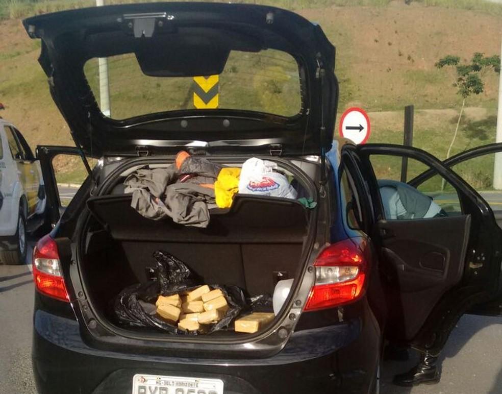 Droga estava escondida no porta malas do veículo (Foto: Divulgação/PRE)