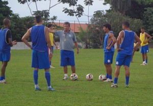 Técnico do Interporto, Uidemar Oliveira, durante treino coletivo (Foto: Vilma Nascimento/GloboEsporte.com)