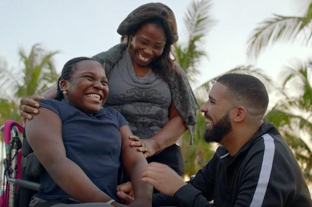 Drake ajuda pessoas no clipe de God's Plan (Foto: reprodução)