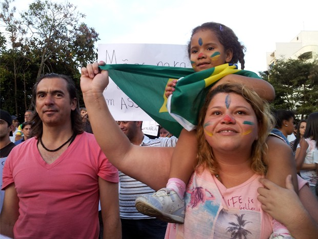 Bia Junho e a filha Ágata, de 4 anos, acompanham multidão na praça central (Foto: Samantha Silva / G1)