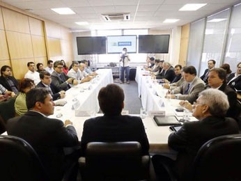 Prefeito Geraldo Julio recebe representantes do Consórcio Novo Recife. (Foto: Andréa Rêgo Barros / Prefeitura do Recife)