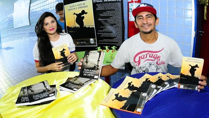 Livro que aborda skate como ferramenta psicossocial e motora foi lançado em Manaus (Foto: Mauro Neto/Sejel)