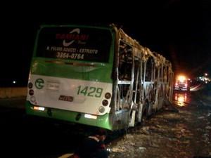 Ônibus foi incendiado em Florianópolis (Foto: Sérgio Guimarães/RBS TV)