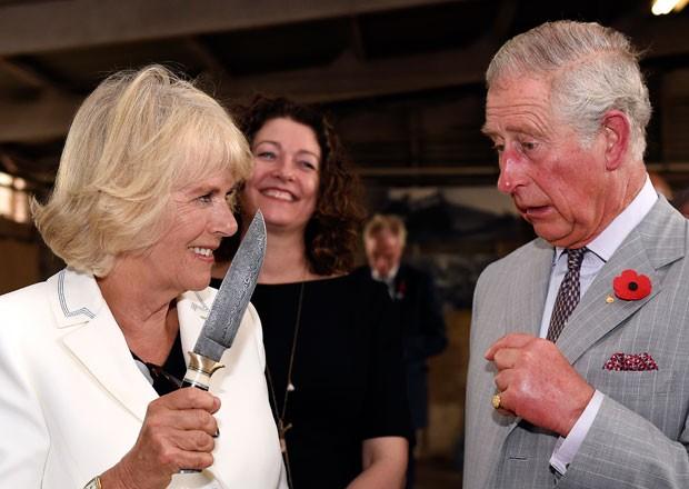 Príncipe Charles e sua mulher, Camilla, duquesa da Cornuália, visitam vinícola no Vale de Barossa, na Austrália, nesta terça-feira (10) (Foto: Daniel Kalisz/AFP)