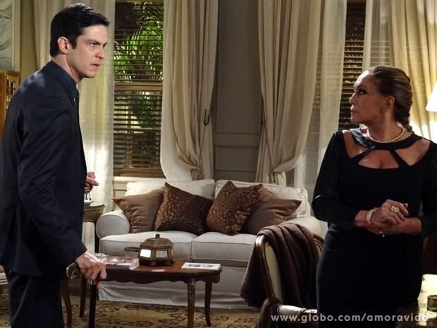 Félix pressiona Pilar em conversa (Foto: Amor à Vida / TV Globo)