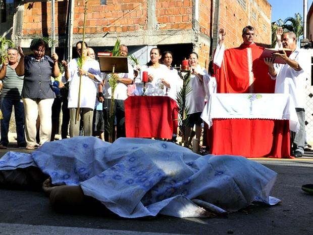 Homem é morto e padre faz missa ao redor do corpo em rodovia de Vitória, Espírito Santo (Foto: Marcos Fernandez/A Gazeta)