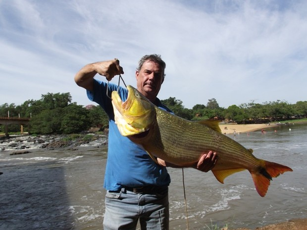 Dourado de 13,7kg e 93cm foi o maior pescado pelo corretor em Pirassununga (Foto: Ademir Naressi/arquivo pessoal)