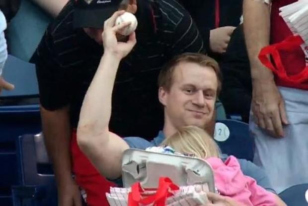 Vídeo de pai pegando bola de beisebol enquanto segura a filha no colo fez sucesso na web (Foto: Reprodução/YouTube/ MLB )