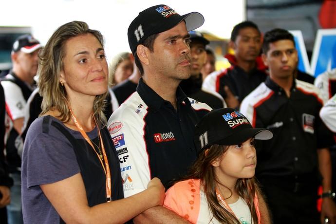 Nonô Figueiredo assiste a homenagem em vídeo com esposa e filha (Foto: Eduardo Petroni / Divulgação)