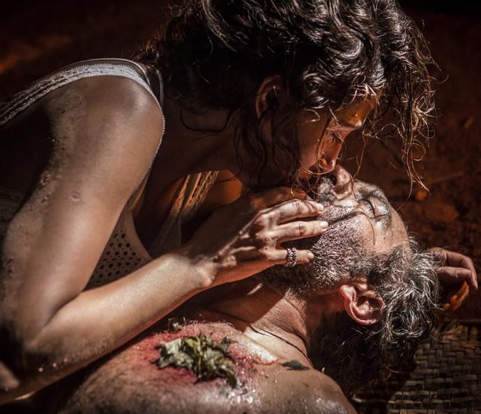 Tereza beija Santo na esperança que ele acorde (Foto: Inácio Moraes/ Gshow)