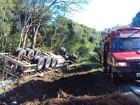 Motorista morre ao perder controle de caminhão em curva capotar em SC