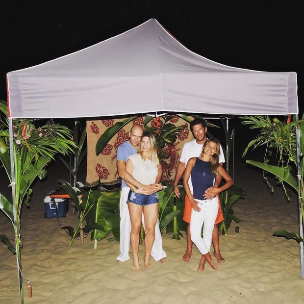 Fernando Scherer e Sheila Mello com amigos em noite de luau (Foto: Reprodução/Instagram)