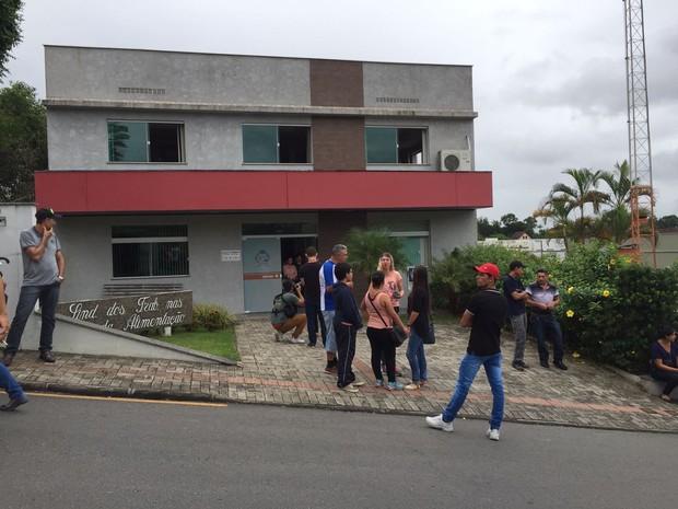 Funcionários foram chamados para reunião na manhã desta segunda-feira (27) (Foto: Kleber Pizzamiglio/RBS TV)