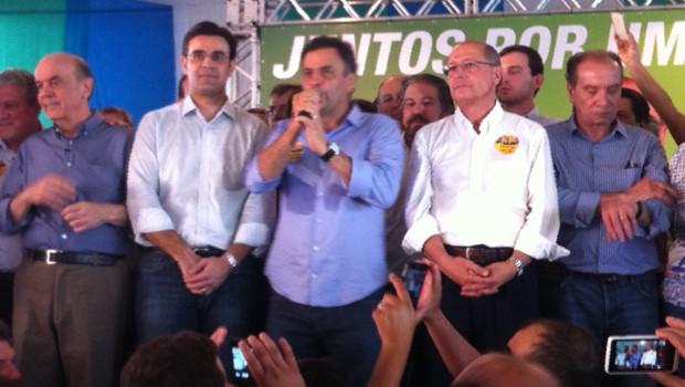 Aécio Neves discursa ao lado de lideranças tucanas durante ato político em São José do Rio Preto (Foto: Natália Clementin / G1 Rio Preto)