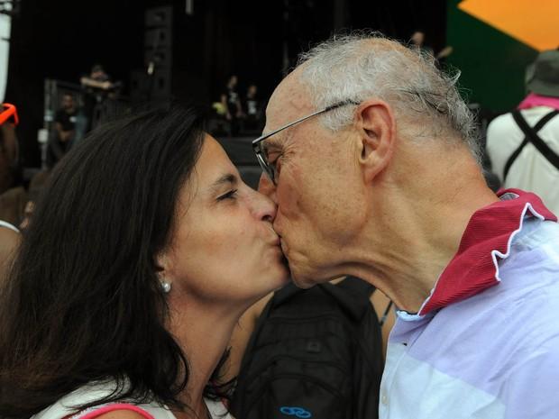 Ex-senador Eduardo Suplicy, pai de Supla e João Suplicy, beija a namorada, a jornalista Mônica Dallari, no Rock in Rio (Foto: Alexandre Durão/G1)