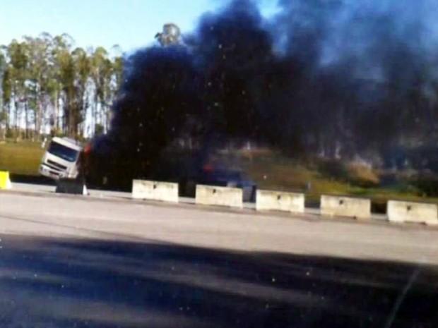 Uma forte fumaça preta pôde ser vista após acidente em Cajati, SP (Foto: Reprodução/TV Tribuna)