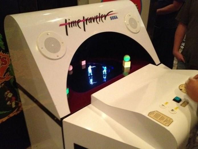 A cabine de Time Traveller parecia uma máquina de lavar roupa, mas com tecnologia de ponta (Foto: Reprodução / gamesyouloved.com)
