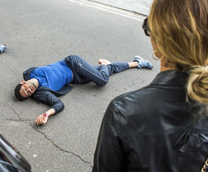 Victor é atropelado enquanto persegue Atena (Foto: Ellen Soares/Gshow)
