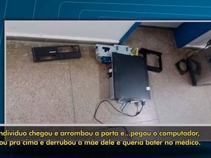 Computador jogado ao chão por homem, em agência do INSS (Foto: Imagem/TV Santa Cruz)