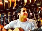 Edson Celulari posta foto do filho, Enzo, tocando violão