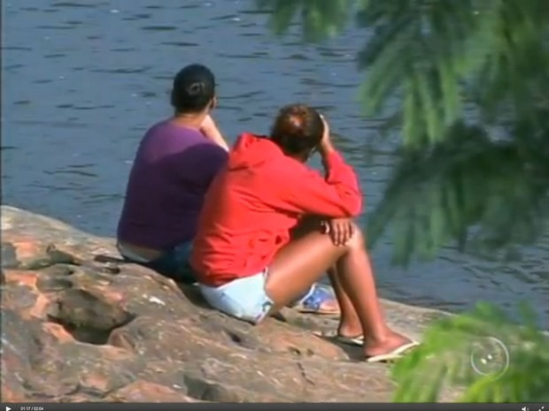 Parentes e amigos passam o dia vigiando o rio para ver se encontram vestígios de Cauã Felipe da Silva (Foto: Reprodução/TV Tem)