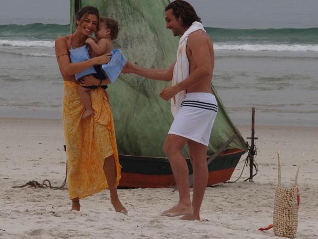 Grazi e Igor tentam animar Felipe de Mello (Samuca aos 3 anos) para gravar (Foto: Flor do Caribe/TV Globo)