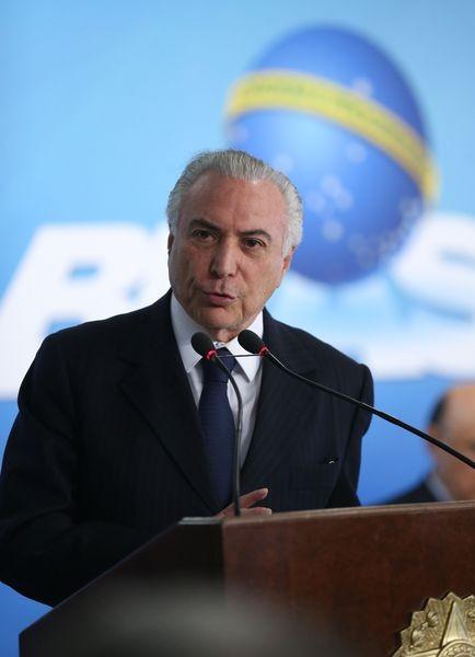 O Presidente Michel Temer, em cerimônia de sanção da lei que possibilita descontos para pagamentos feitos em dinheiro  (Foto: José Cruz/Agência Brasil)