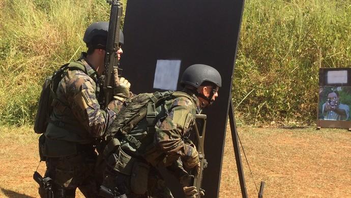 Dupla faz atividade contra o terrorismo em Goiânia (Foto: Paula Resende/ GloboEsporte.com)