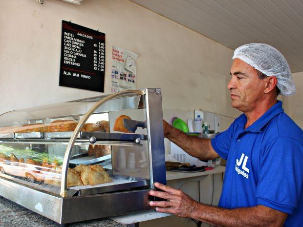 Ao ser demitido, empresário optou por vender salgados a R$ 1 (Foto: Graziela Rezende/G1 MS)