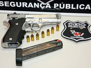 Arma usada no crime estava com suspeito no momento em que ele foi abordado pela polícia (Foto: Divulgação/SSP-TO)
