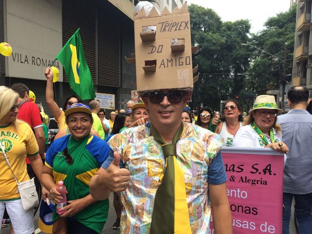 """Embrulhado em papel de presente, o protético Wagner Paiva foi fantasiado de """"amigo do tríplex"""" para ato na Avenida Paulista, em São Paulo (Foto: Paula Paiva Paulo/G1)"""