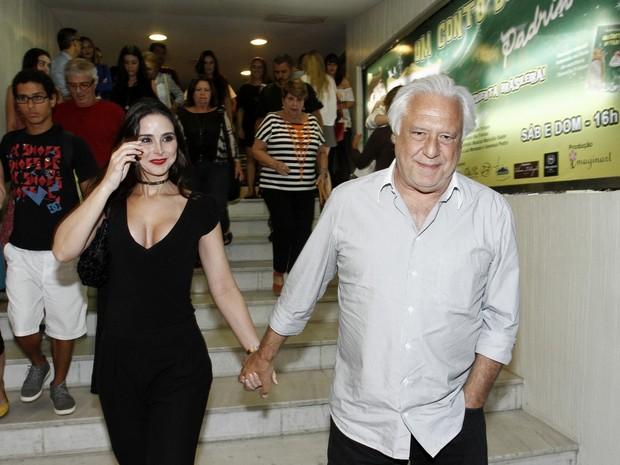 Antônio Fagundes e a namorada, Alexandra Martins, em estreia de peça na Zona Sul do Rio (Foto: Ag. News)
