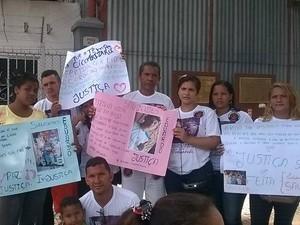 Familiares do adolescente Eduardo Galucio, morto a tiros, pedem justiça. (Foto: Luana Laboissiere/ G1)