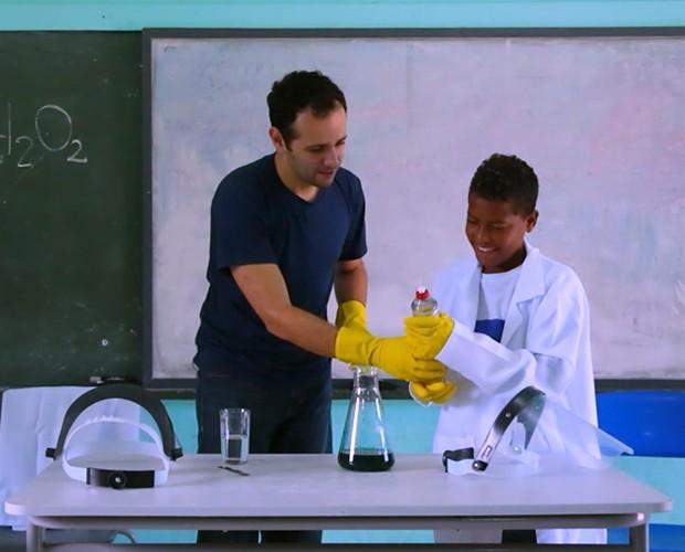 Iberê faz experiências com turma de escola (Foto: Caldeirão do Huck/TV Globo)