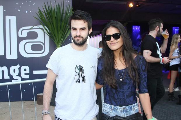 Antonia Morais acompanhada do namorado no festival Loollapalooza em SP (Foto: Leo Franco e Thiago Duran/AgNews)