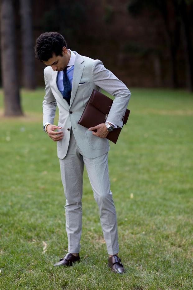 Exemplo de costume com abotoamento simples (Foto: IMAXTREE)