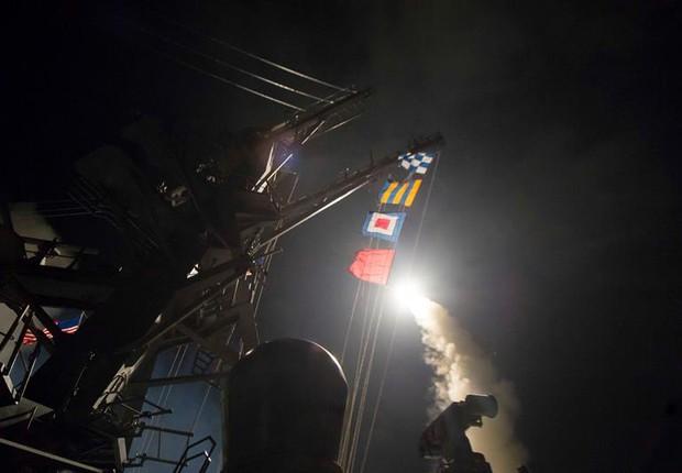 Foto cedida pela Marinha dos Estados Unidos mostra o lançamento de mísseis Tomahawk a partir do porta-aviões USS Ross no Mar Mediterrâneo, no ataque à Síria (Foto: Robert S. Price/EFE/Marinha dos Estados Unidos)