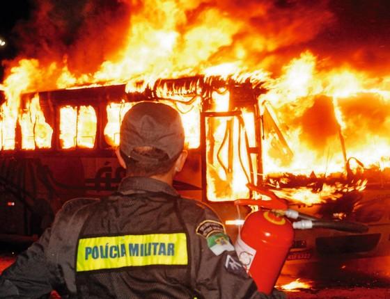 Õnibus em chamas em Natal, no Rio Grande do Norte. (Foto: Alexandre Lago/Folhapress)