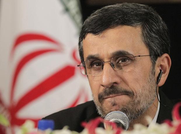 O presidente do Irã, Mahmud Ahmadinejad, dá entrevista nesta quarta-feira (26) em Nova York (Foto: AFP)