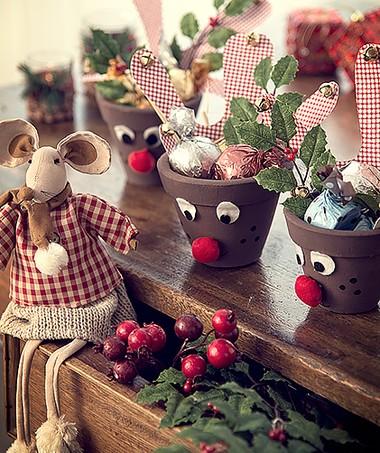 vasos divertidos Nazareth Bittencourt, ratinha Empório das Flores, galhos e porta-velas Cecilia Dale, mesa Grupo de Artes (Foto: Cacá Bratke/ Editora Globo)