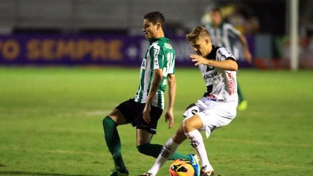 Adrianinho Ponte Preta x Coritiba (Foto: Denny Cesare / Agência Estado)