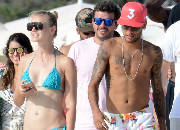 Neymar curte dia de folga com amigos em Formentera, na Espanha