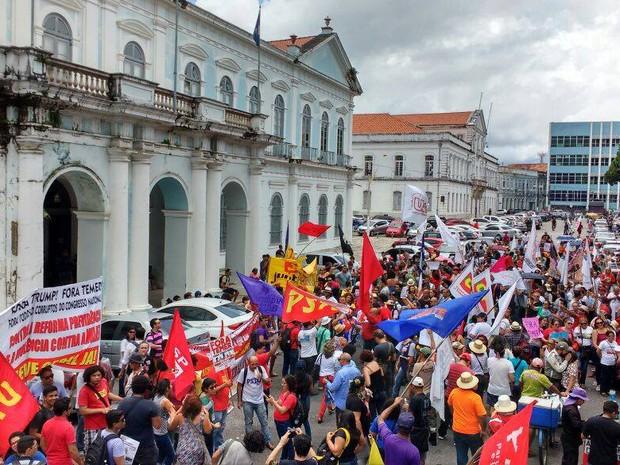 Resultado de imagem para TRABALHADORES PROTESTAM