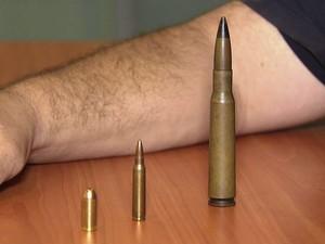 Especialista mostra diferença entre munição utilizada pela polícia e pelos suspeitos (Foto: Reprodução/TV Tribuna)