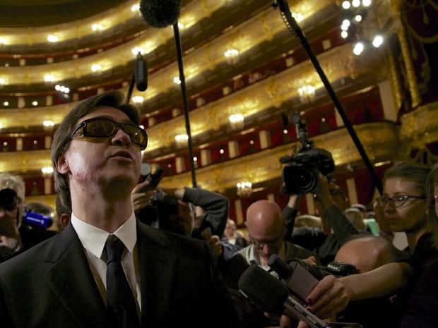 Sergei Filin usa óculos em reapresentação; ele quase perdeu a visão após ataque com ácido (Foto: Alexander Zemlianichenko/AP)