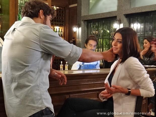 Michel diz que quer se reaproximar de Silvia e a advogada fica toda animada (Foto: Amor à vida/TV Globo)